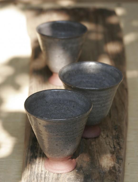 木漏れ日の下で作陶